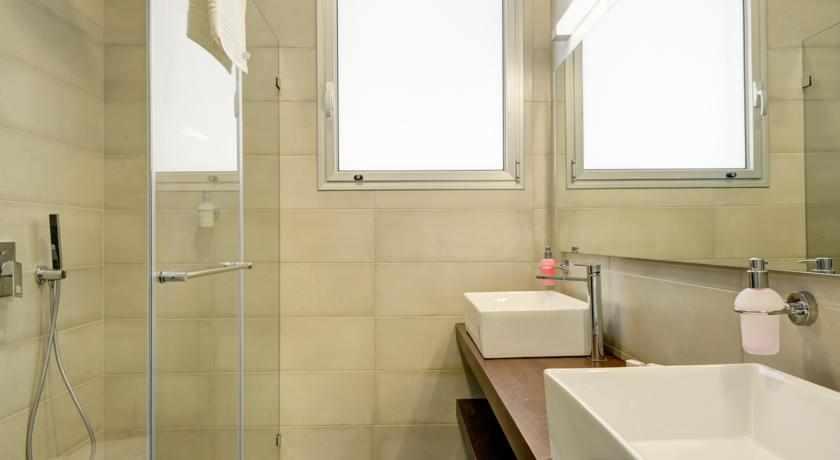 מקלחת מלון רזידנס ביץ'