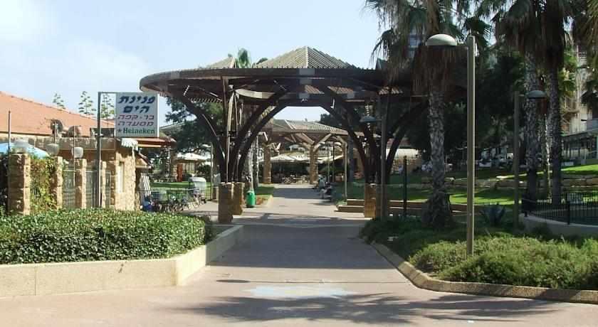 חצר מלון הכיכר